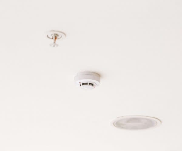smoke-detector-mounted-on-ceiling-ND9HP4L (1)